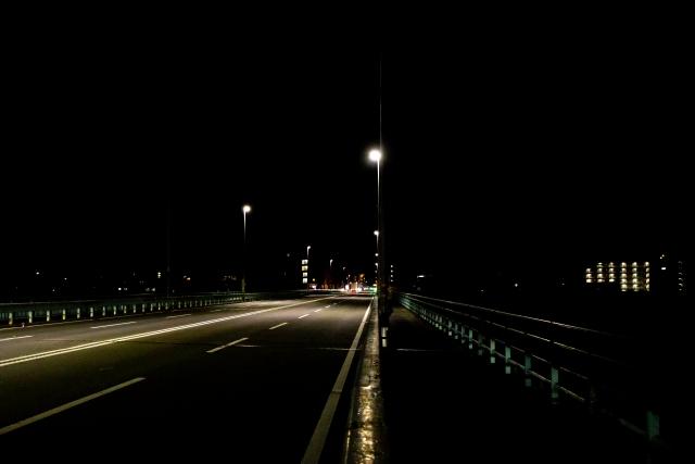 灯る街灯、歩く夜道